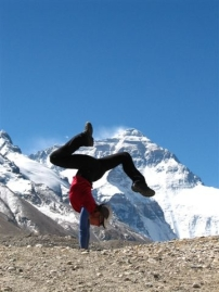 Di Westaway Hanstanding on Everest | ©Wild Women On Top