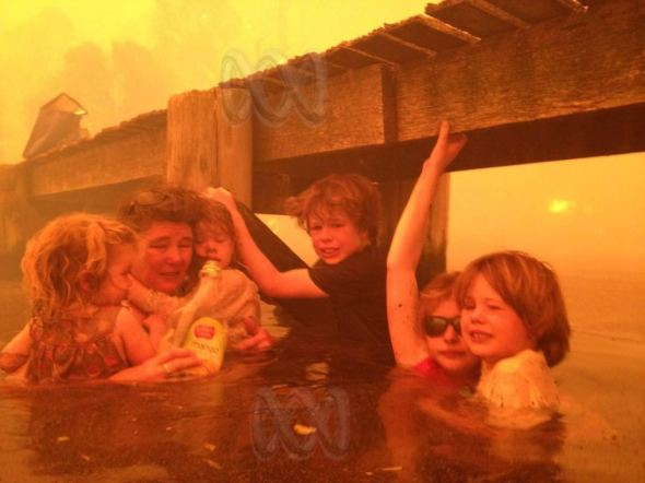 families shelter next to jetty during bushfire | © ABC Audience Submitted: Tim Holmes